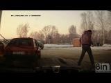 Мужик пододвинул свою машину на заправке. г. Киров, Россия